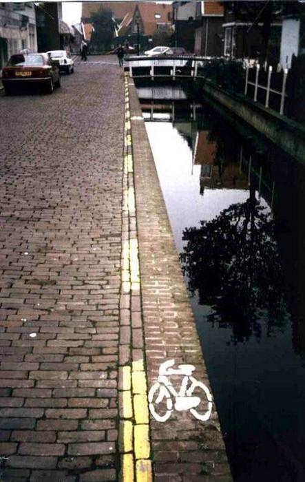 Ein Radweg neben einem Fluß ist nur wenige Zentimeter schmal.