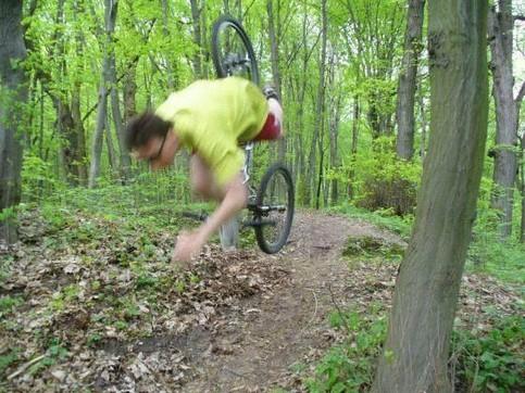 Ein Mann auf einem Fahrrad baut einen Sturz und wird nach vorne von seinem Rad geschleudert.