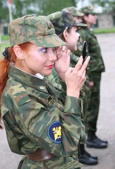 Eine Soldatin schminkt sich.
