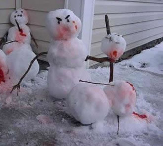 Vor einem Haus stehen drei Schneemänner, die sich gegenseitig aufspießen.