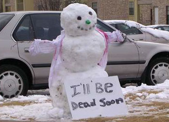 """Ein Schneemann mit einem Schild """"I'll be dead soon""""."""
