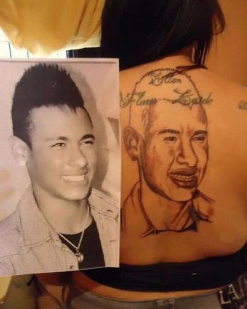 Auf dem Rücken einer Frau sollte nach dem Vorbild eines Fotos ein männliches Gesicht tätowiert werden. Das hat nicht ganz geklappt, das Tattoo sieht schrecklich aus.