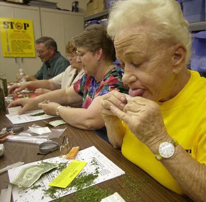 Senioren drehen Joints.