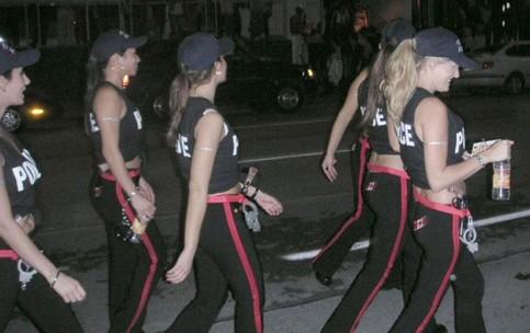 Polizisten im sexy Outfit.