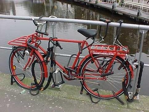 Ein Fahrrad ist mit einer Menge Schlössern gesichert.