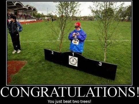Eine Frau steht auf dem Treppchen, sie hat gegen zwei Bäume gewonnen!