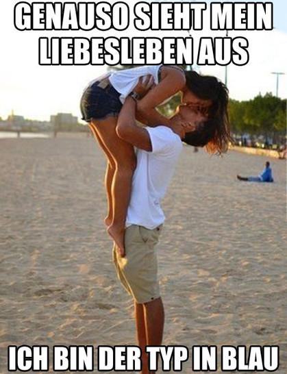"""Ein Mann hebt am Strand eine junge Frau hoch und küsst sie. Im Hintergrund sitzt ein einsamer Mann mit blauem Hemd. Dazu steht der Text: """"Genauso sieht mein Liebesleben aus. Ich bin der Typ in blau."""""""