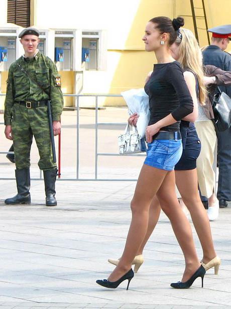 Ein Soldat macht Stielaugen, als zwei sexy Frauen in Miniröcken und High-Heels vorbei laufen.