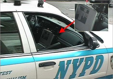 In einem Polizeiauto wird Solitär gespielt.