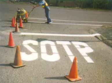 Eine Straßenbeschriftung ist falsch: SOTP statt STOP.