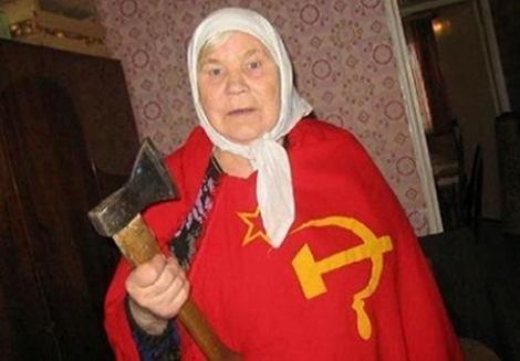 Eine Oma mit Kopftuch und Sowjet-Flagge hält eine Axt in der Hand.