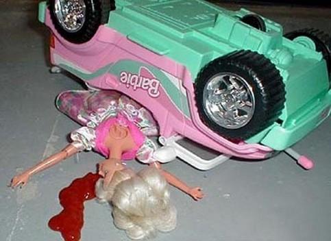 Eine Puppe hatte einen Unfall.