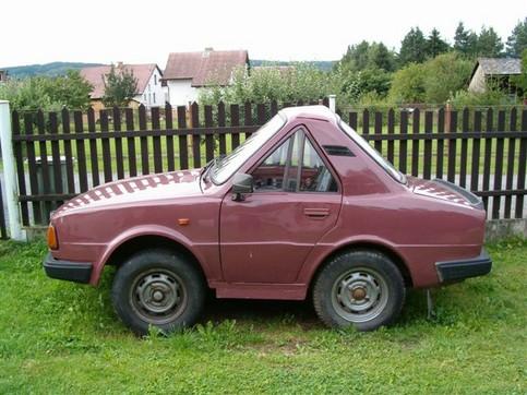 Ein sehr kleines Auto in Dreiecksform.