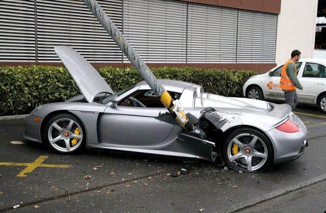 Ein Sportwagen ist bei einem Unfall von einem Laternenpfosten seitlich aufgeschlitzt worden.