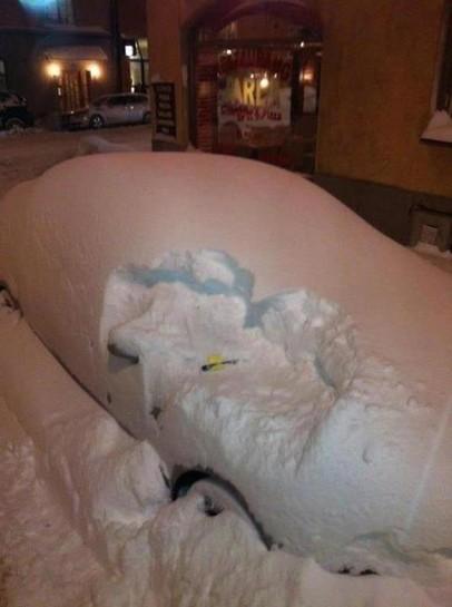 Ein Auto ist 30 Zentimeter dick mit Schnee bedeckt. Und trotzdem wurde ein Strafzettel hinter den Scheibenwischer geklemmt.