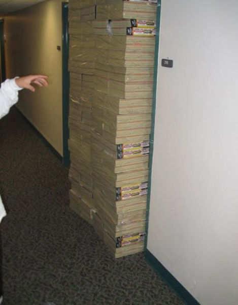 Eine Tür wurde mit Paketen voller Kataloge zugestellt.