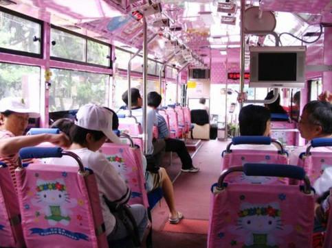 Ein Bus in Japan ist komplett in rosa designt und mit Hello Kitty verziert.