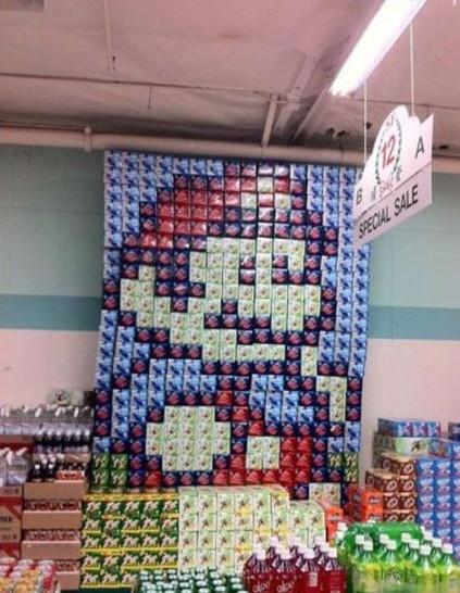 In einem Getränkemarkr wurden Bierpackungen so an der Wand gestapelt, dass Super Mario zu sehen ist.