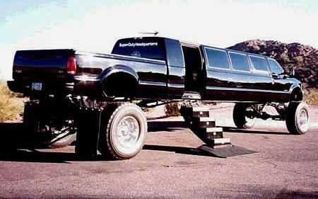 Ein SUV wurde zu einer Limousine umgebaut.