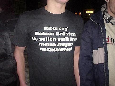 """Auf einem T-Shirt steht der Spruch """"Bitte sag Deinen Brüsten sie sollen aufhören meine Augen anzustarren!"""""""