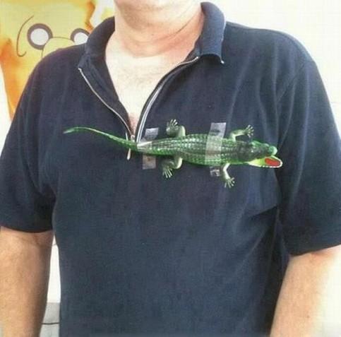 Ein Mann hat sich ein Krokodil auf das T-Shirt geklebt, um einen bekannten Markenhersteller nachzumachen.