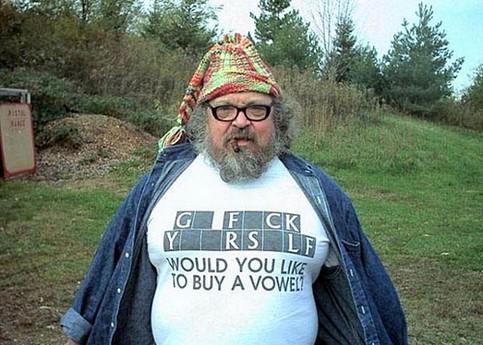 """Ein T-Shirt mit einem versauten Spruch. Darunter """"Möchten sie einen Vokal kaufen?"""""""
