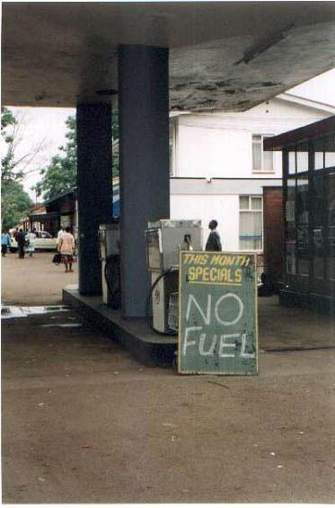 """Eine Tankstelle mit einem Schild: """"This Month special: NO FUEL"""""""