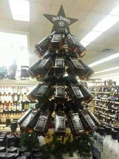 Aus Whiskey-Flaschen wurde ein Tannenbaum gebaut.