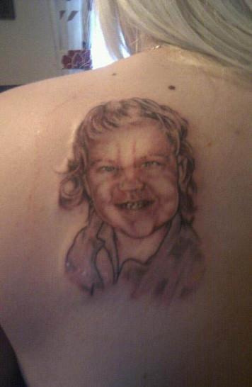 Eine Frau hat sich ihren Sohn auf den Rücken tätowieren lassen. Das Tattoo ist aber misslungen, das Kind sieht grausam aus.
