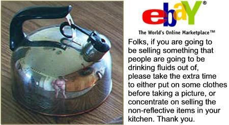 Eine Teekanne bei ebay, in der sich ein nackter Mann spiegelt.