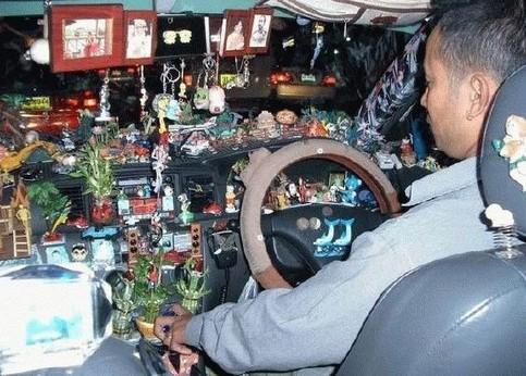 Ein Autofahrer hat sein Auto mit lauter Tinnef und Figürchen vollgestopft.