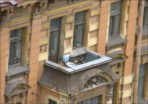 Ein Klo ist auf einem Balkon installiert.
