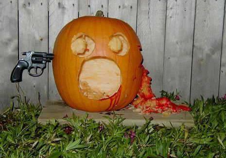 Ein Halloween-Kürbis, der mit einer Pistole durchschossen wurde.