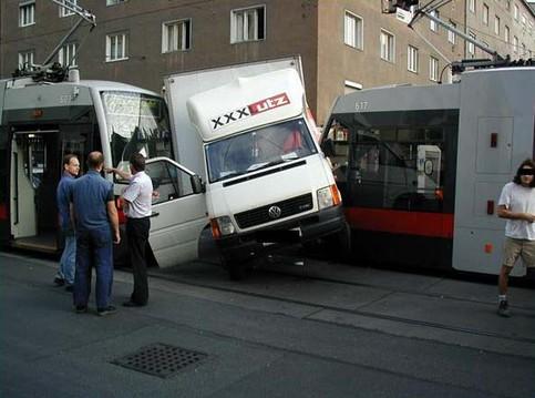 Ein Transporter ist zwischen zwei Straßenbahnen eingeklemmt.