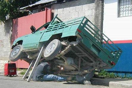 Ein Transporter ist und professionell und gefährlich mit zwei Balken aufgebockt.