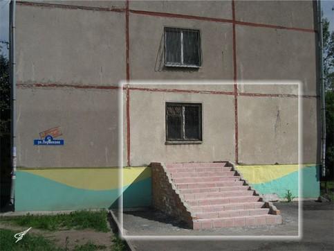 Eine Treppe, die an einem Haus ohne Tür gebaut wurde.