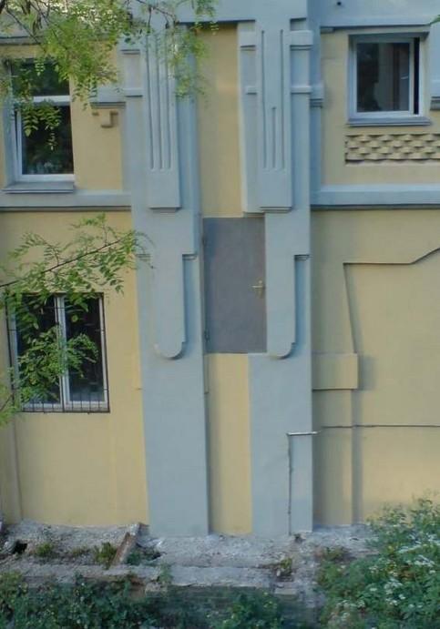 Eine Tür ist in einem Haus in mehreren Metern Höhe eingebaut.