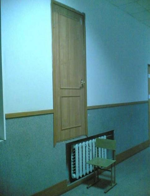 Eine Tür ist über einer Heizung angebracht, darunter steht ein Stuhl um die Tür betreten zu können.