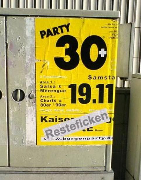 Unter einem Ü30-Party-Werbeplakat ist ein unflätiger Begriff aufgeklebt.