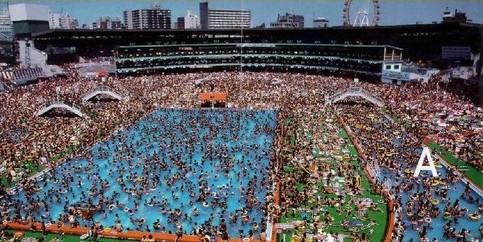 Ein überfülltes Freibad.