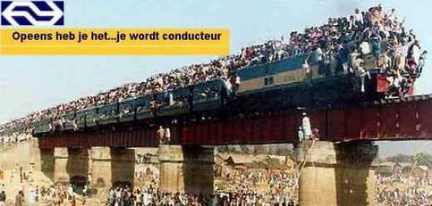 Ein Zug mit unglaublichen Menschenmassen beladen.