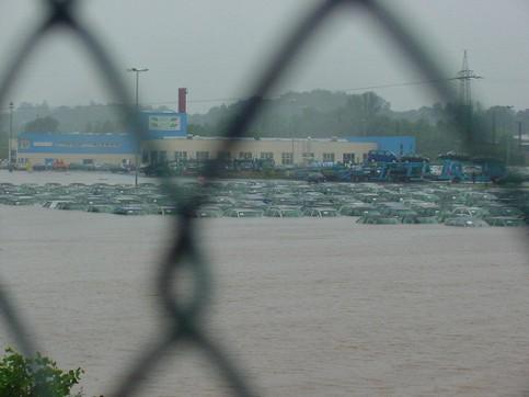 Der Parkplatz einer Autofabrik steht komplett unter Wasser.