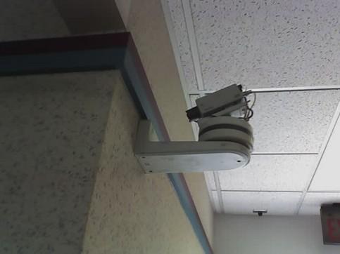 Eine Überwachungskamera ist auf die Wand gerichtet.