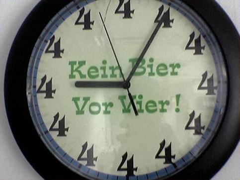 """Eine Wanduhr, auf der steht """"Kein Bier vor Vier"""" und die nur 4 als Ziffer hat."""