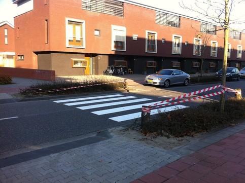 Ein Zebrastreifen ist an einer Stelle auf der Straße aufgemalt, an der man ihn nicht begehen kann.
