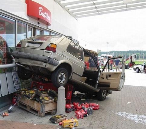 Ein Auto ist an einer Tankstelle rückwärts auf die ausgestellten Waren gefahren.