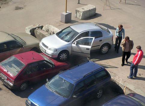 Ein Auto ist auf einem Parkplatz auf ein anderes aufgefahren.