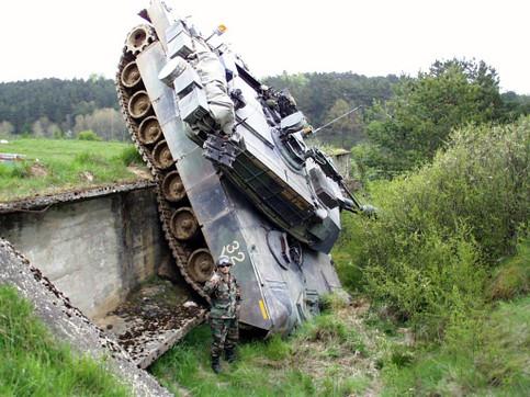 Unfall mit Panzer: Ein Soldat hat einen Panzer eine Wand hinunter gefahren.