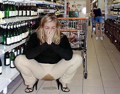 Eine Frau uriniert in einem Supermarkt durch die Hose.