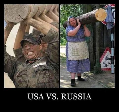 Zwei Bilder, auf dem linken tragen mehrere US-Soldaten einen Baumstamm. Auf dem rechten trägt eine russische Mama alleine einen solchen Baum.